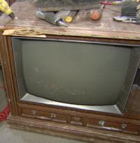 Mulher encontra pacote de dinheiro dentro de TV velha.